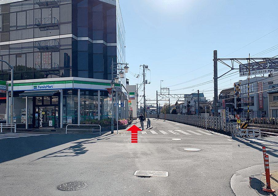 田無駅北口からファミリーマートを見て線路沿いに西武柳沢駅方面に進む